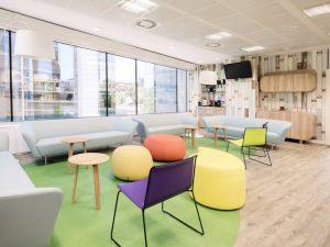 oficina con colores llamativos