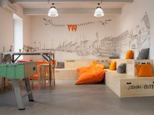habitación de descanso con muebles